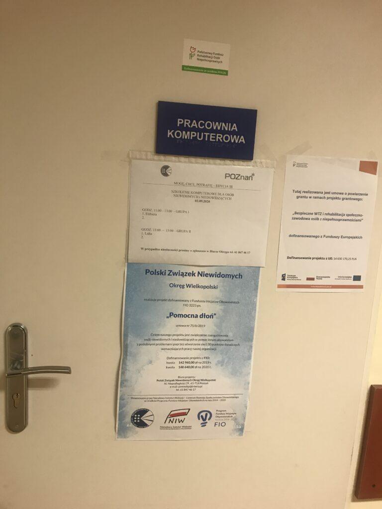 drzwi z informacjami o projekcie